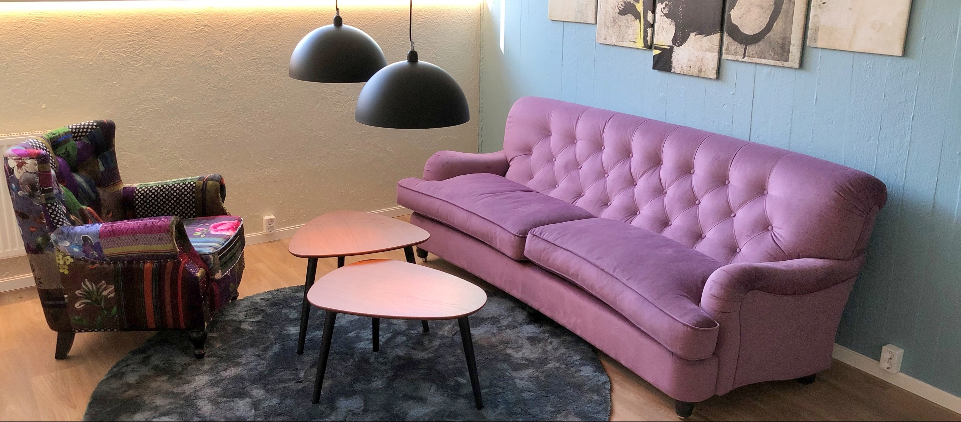 Lounge with a pink sofa, table and an armchair